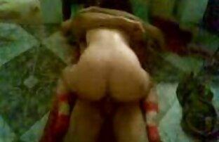 एक आदमी एक अतृप्त महिला दिखाता सेक्सी वीडियो मूवी हिंदी में है