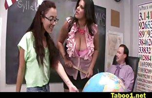 एक अच्छी तरह से तैयार महिला एक जवान आदमी को लुभाती सेक्सी मूवी मूवी है,